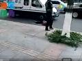 全球卫视:男子追砸运钞车事发前视频曝光 疑遭运钞车剐蹭 (11692播放)