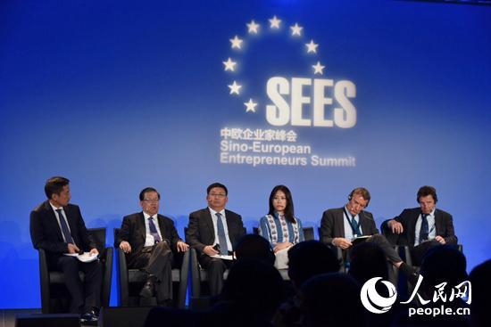 """峰会组织了一系列主题圆桌会议,图为中欧如何在""""一带一路""""倡议下深化合作创造双赢的圆桌讨论,中欧企业家峰会联合主席龙永图(左二)正在发表观点。龚鸣摄"""