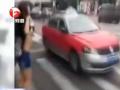 全球TV:实拍女子大街上向出租车掀衣露胸 给你个惊 (4916播放)