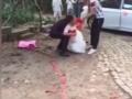全球卫视:新郎接亲时误将准妻摔在地 新娘死活不嫁了 (5680播放)