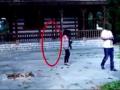 全球卫视:情侣古建筑前合影 监控拍到恐怖录像 (4839播放)