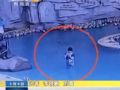 全球卫视:妈妈玩手机 4岁男童戏水溺亡挣扎3分钟无人发现 (7503播放)