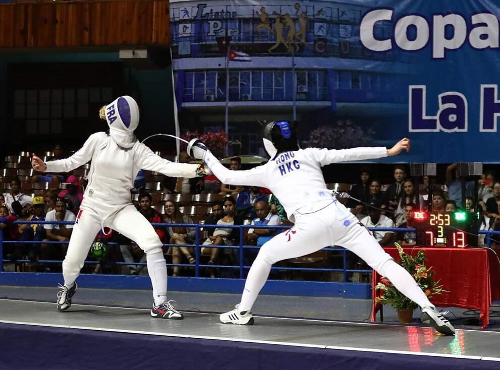江旻憓(右)在決賽中以15:8擊敗法國劍手Auriane Mallo摘金(國際擊劍總會FB圖片)
