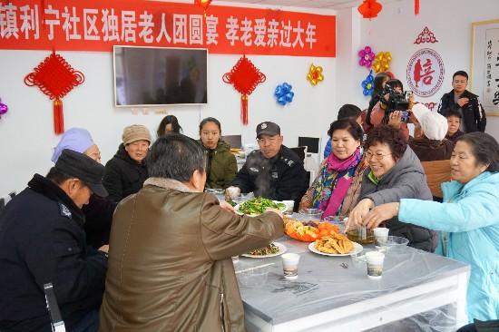 04-老人们欢声笑语中等待工作人员上菜.jpg
