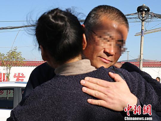 孙某与前来接他的妻子紧紧相拥。 胡梦梅 摄