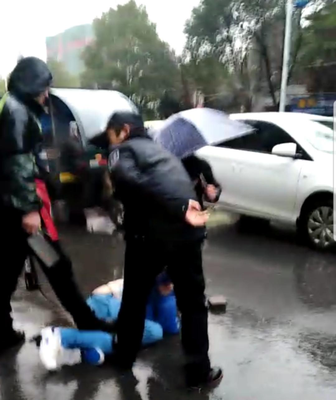 视频显示,行凶者被多人制服。目击者供图