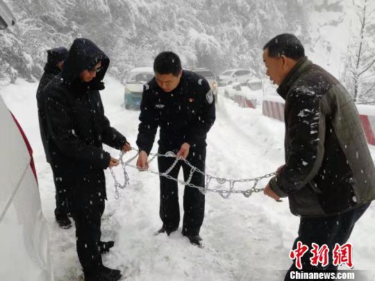 云南怒江海拔三千米丫口突降大雪再次致百余人受困