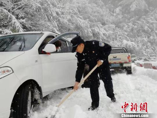 图为民警救援被困车辆。怒江州边境管理支队供图