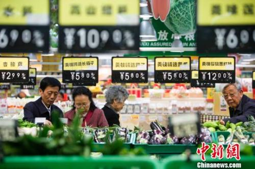 资料图:超市蔬菜区。 张云 摄