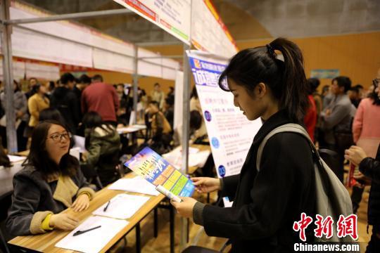 宁夏举办女性专场招聘会助千余人就业