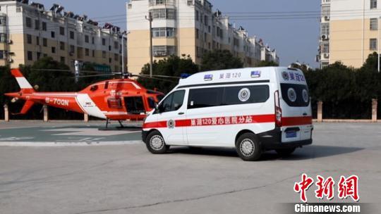 患者经120救护车接驳至直升机 钟欣 摄
