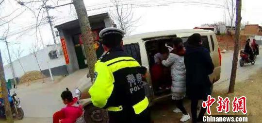 执勤民警将车上孩子全部安全移交给所在幼儿园老师。邢台市公安交通警察支队供图
