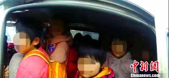 河北威县一涉校车辆严重超员257%驾驶员已被刑拘