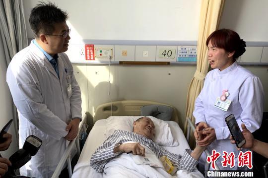 图为医护人员询问王昌庆情况。 梅镱泷 摄