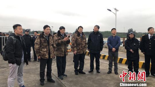广西壮族自治区区副主席费志荣(右四)、北海市市长蔡锦军(左四)等官员在涠洲岛西角码头指挥救助工作。 王国全 摄