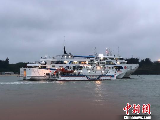 """24日清晨,南海救202轮贴近""""北游25""""右舷试图接驳。 王国全 摄"""