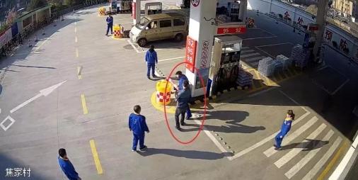 男子加油站吸烟还不听劝被灭火器狂喷 最后被拘3天