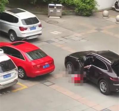 浙江一男子高校内开保时捷碾压女学生被警方控制