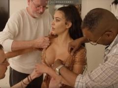 """全球时尚频道:卡戴珊""""时装界奥斯卡"""" 水滴装巨胸与水蛇腰成功抢镜"""