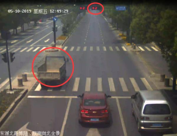 杭州63岁男子醉酒开拖拉机闯红灯:着急回去打麻将
