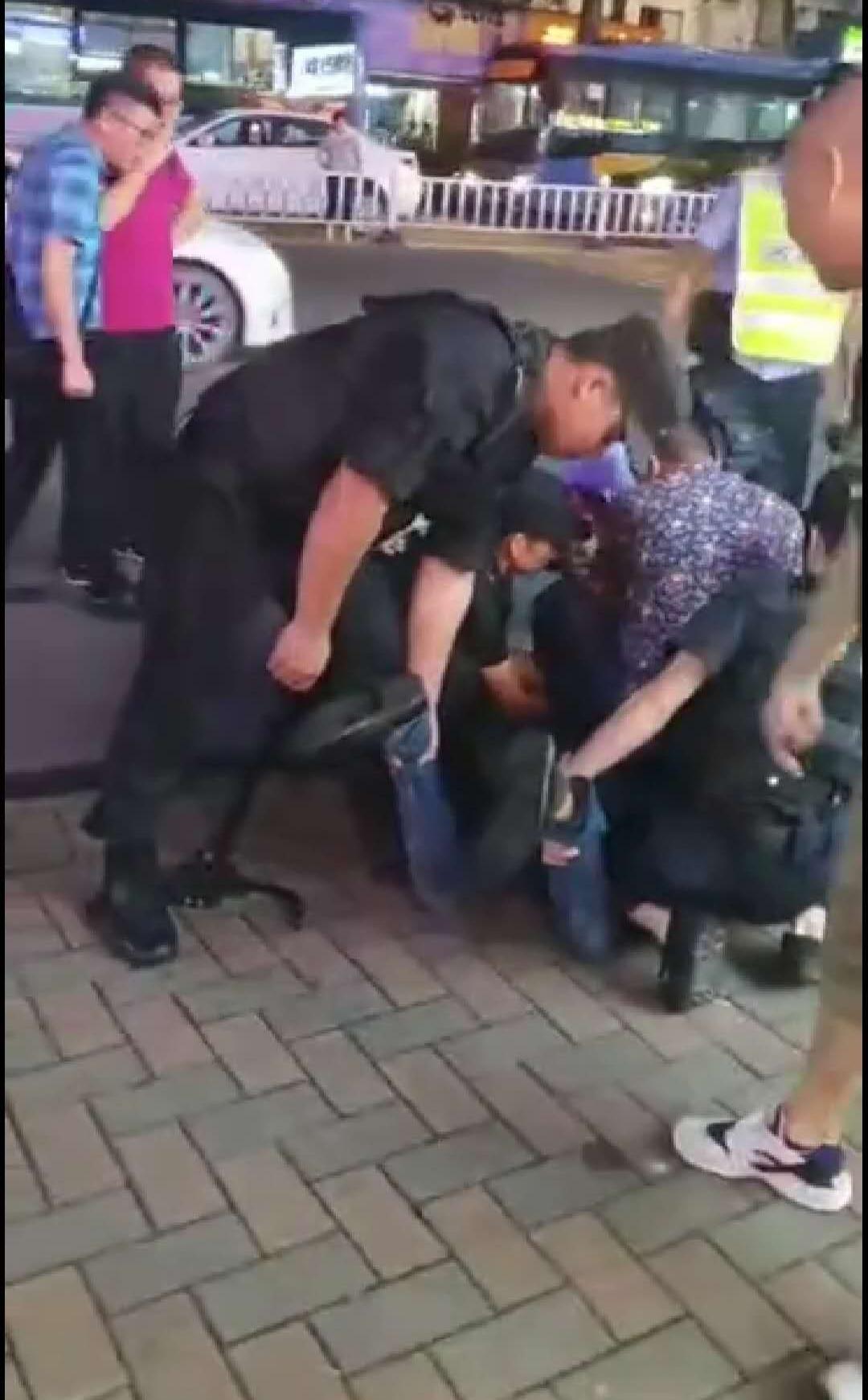 广东一男子持刀边跑边砍致多人伤 现场视频曝光