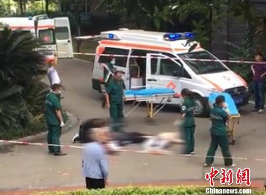 四川眉山一男子坠楼致楼下行走的儿童和老人致1死1伤