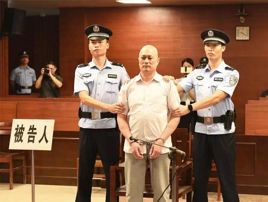 广西男子撞人后再撞摩托车还拖行伤者 一审获死刑