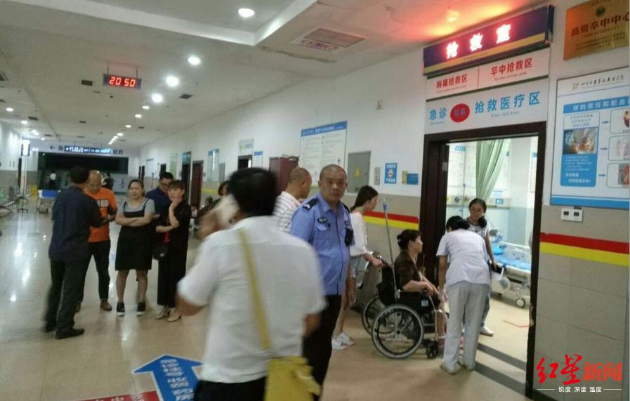 四川一火锅店20名食客身体不适送诊 目前状况稳定