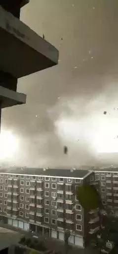 开原龙卷风肆虐现场:一家三口抱一团 像世界末日