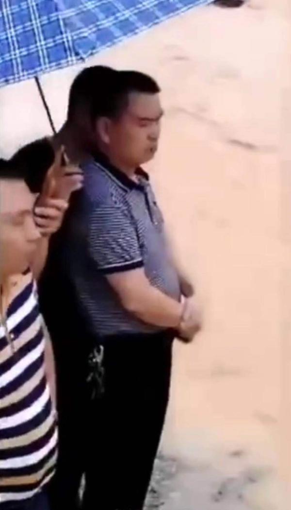 副镇长视察灾情有专人打伞?当事人:民众主动帮撑