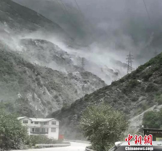 四川康定境内一处危岩发生大面积垮塌已临时交通管制