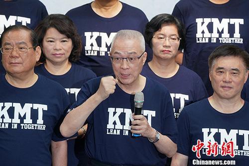 资料图:中国国民党主席吴敦义(中)。中新社记者 张宇 摄