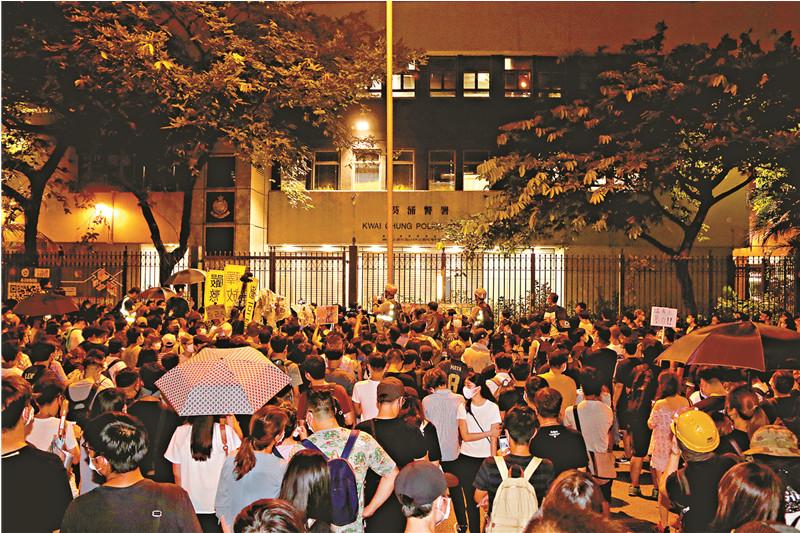 香港千名口罩党包围警署叫嚣放人 凌晨被驱散