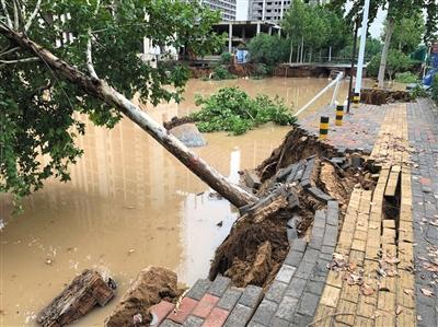 暴雨袭郑州多路段现塌方 女子疑被雨水冲入污水井