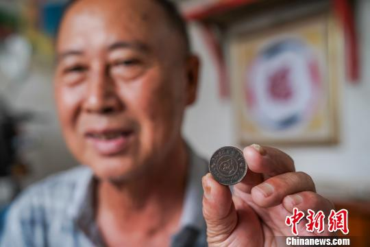 六旬老人收藏红军铜元:多少钱都不卖,只想捐给国家