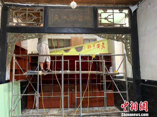 乔家大院主景区中的部分商铺设施也在施工拆除。 刘小红 摄