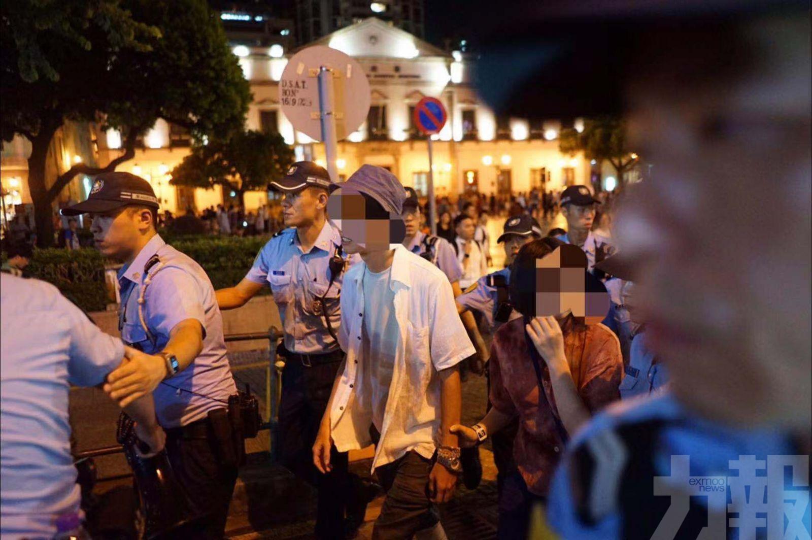 数十黑衣人澳门非法聚集:7人被带走 有人见警就逃
