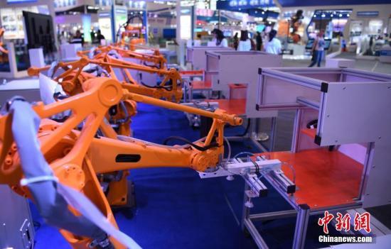 资料图:工业类机器人自动演示作业场景。 中新社记者 韩苏原 摄