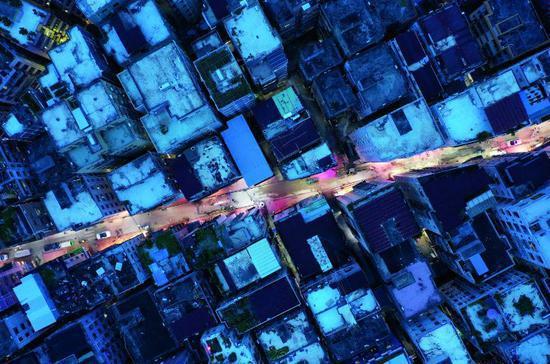 7月9日,白石洲密集群楼中漏 出街道的灯光。图/视觉中国