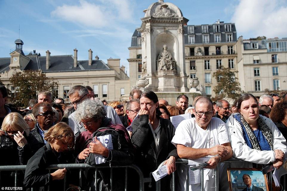 大批民众聚集在举行葬礼的教堂外。(图:每日邮报)