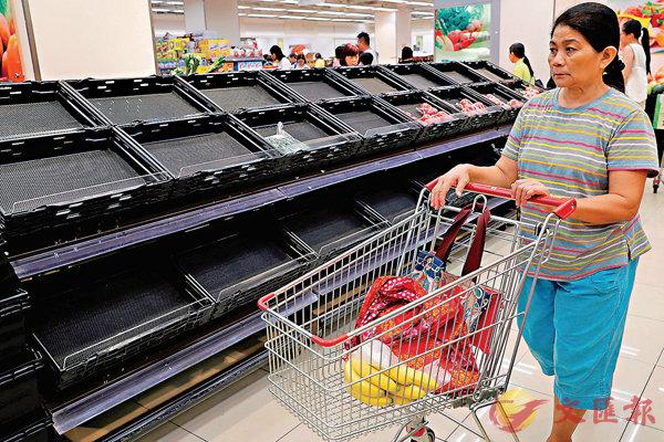 ■超市貨物被搶購一空。 路透社