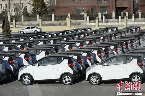 资料图:集中停放的电动汽车。 中新社记者 刘文华 摄