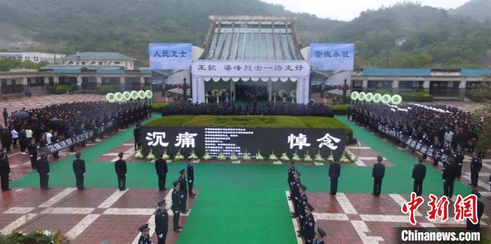 浙江两警员为群众挡枪中弹牺牲各界人士冒雨悼念