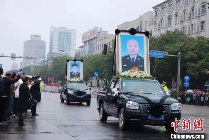 图为:台州民众送别两位烈士。台州公安供图