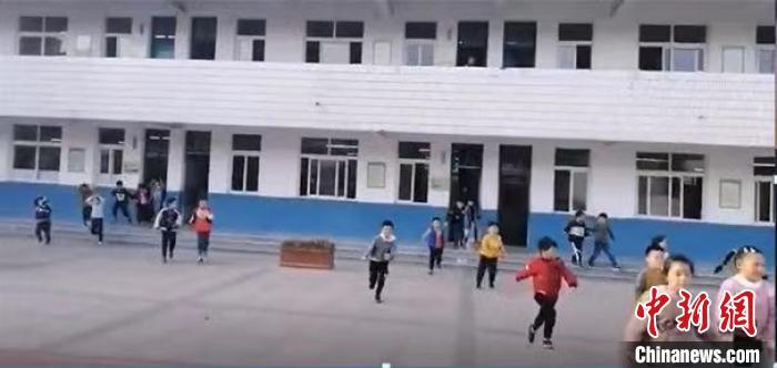 滁州全椒县实验小学学生收到预警有序疏散。 贺劭清 摄