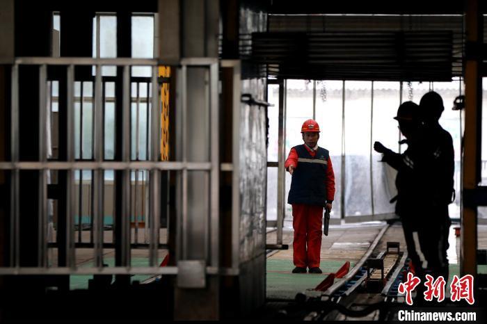 2019年11月19日晚,梁宝寺能源公司井下3306掘进工作面发生一起火灾事故,造成11人被困。救援正在紧张进行,地面钻机已有一台到位,井下水基灭火器已开始使用,机器人已进入顺槽。另外四台侦察机器人正在运送途中。 梁犇 摄