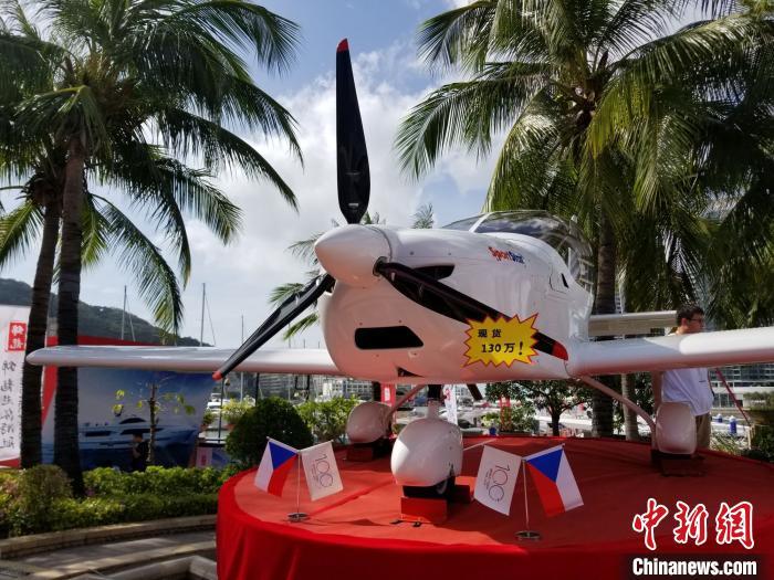 """""""海天盛筵""""展会期间,一架固定翼飞机被摆上站台,现场销售。(资料图) 王晓斌 摄"""