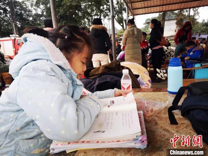 地震中受灾的小学生在灾民安置点学习。 陆翠琳 摄