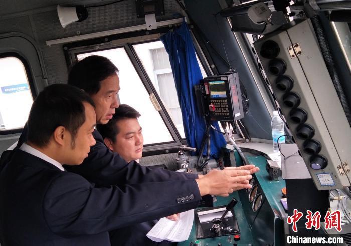 地震后,南宁机务段立即安排管理干部对机车进行添乘卡控。 林高 摄