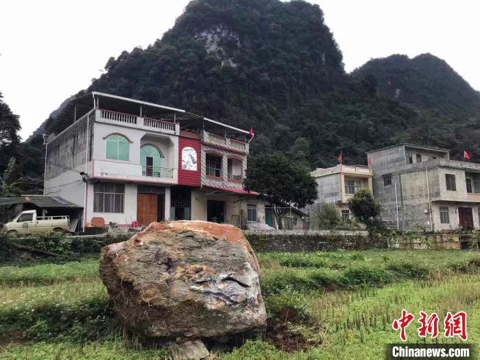 地震造成靖西市湖润镇布替屯山石滑落。 陆翠琳 摄